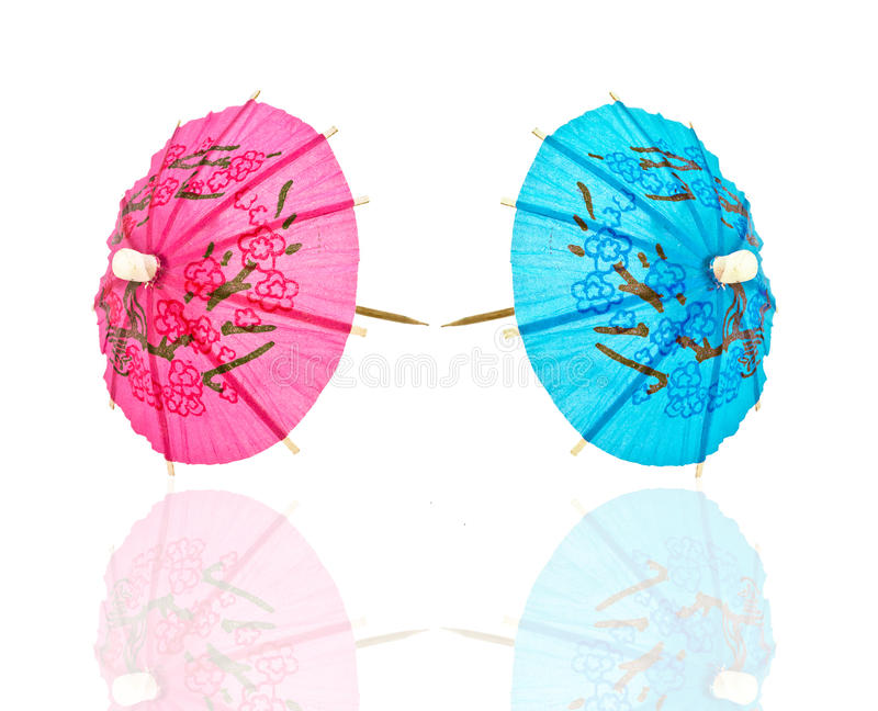 Paraguas, azul y color de rosa de dos cocteles imagenes de archivo