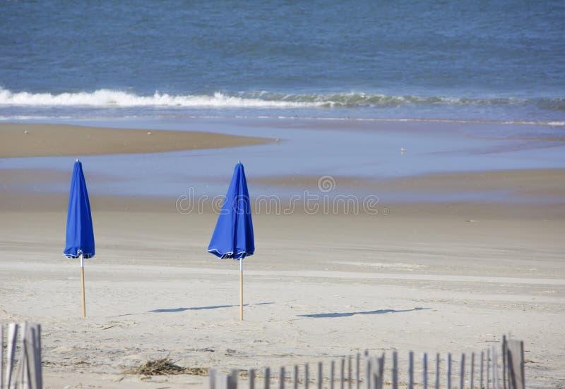 Paraguas azules imagenes de archivo