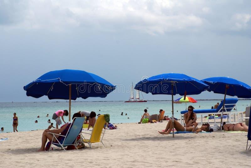 Paraguas azules en la playa fotografía de archivo