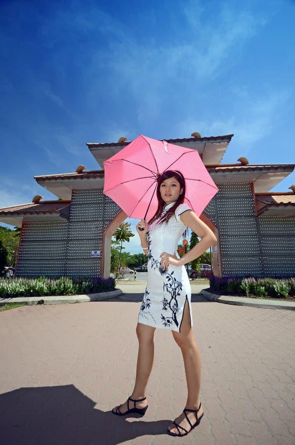 Paraguas chino de la explotación agrícola del modelo de la mujer fotografía de archivo