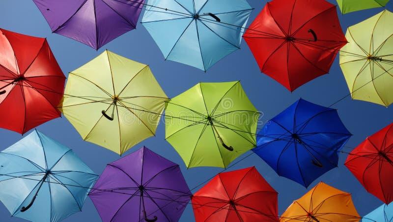 Paraguas coloreados en el cielo imagen de archivo libre de regalías