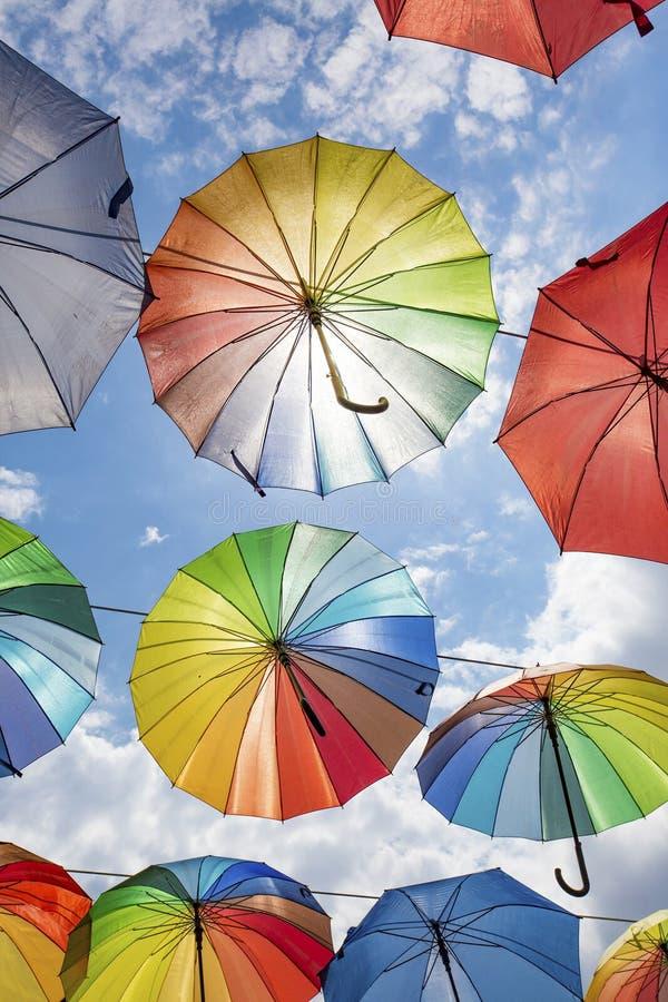 Paraguas colorido y cielo azul Manisa/Turqu?a fotografía de archivo libre de regalías