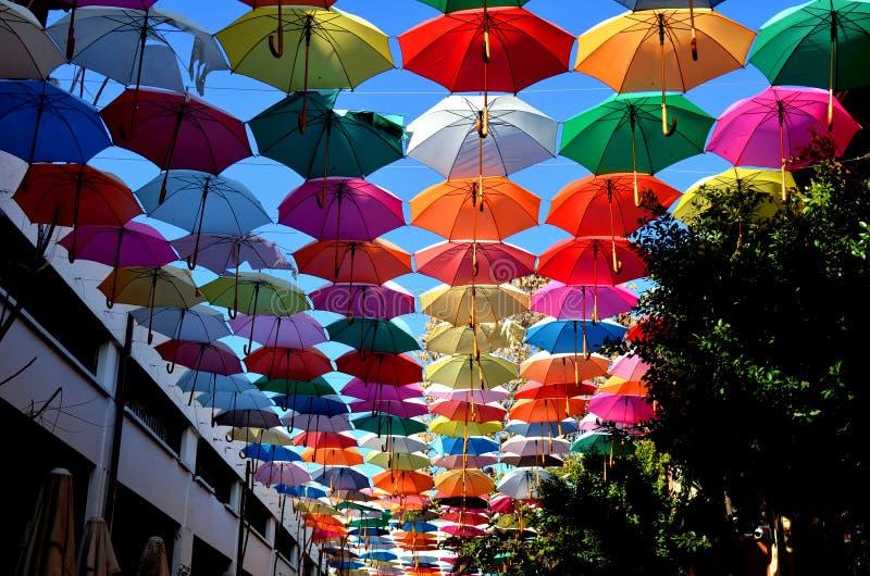 Paraguas coloridos en el cielo Fondo foto de archivo