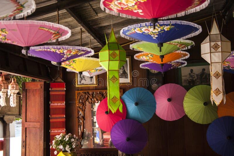 Paraguas/paraguas coloridos, fondo colorido del papel imagenes de archivo