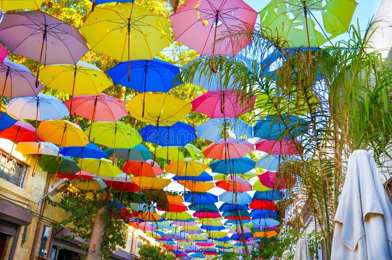 Paraguas coloridos que adornan el top de la calle en chipriota Nicosia El paraguas sirve también como una sombra y protección imagen de archivo