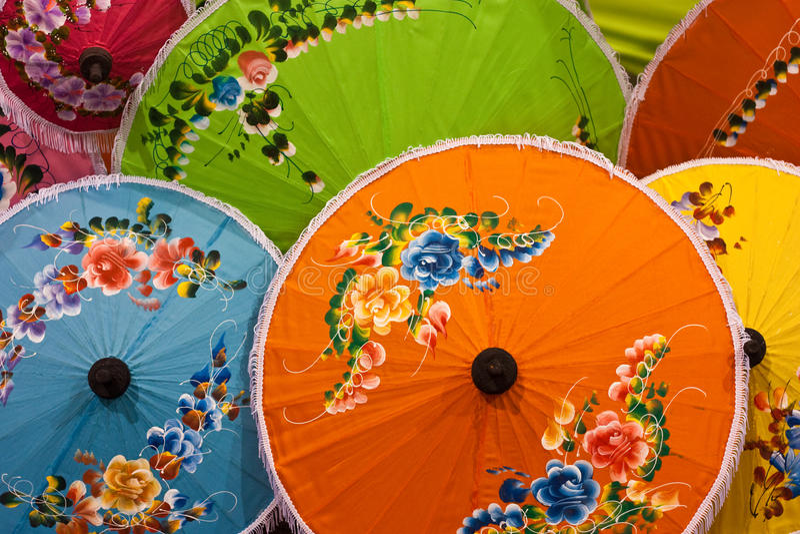 Paraguas coloridos tailandeses fotos de archivo