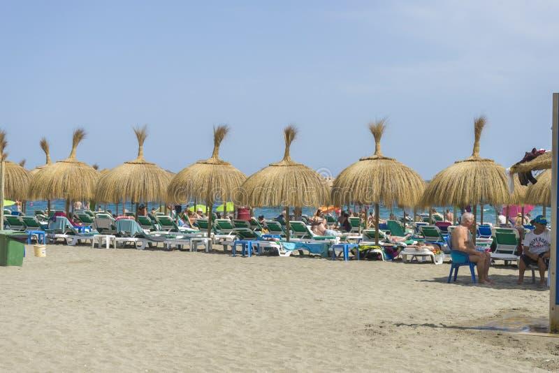 paraguas de la paja en la orilla del mar Marbella, Andalucía España foto de archivo