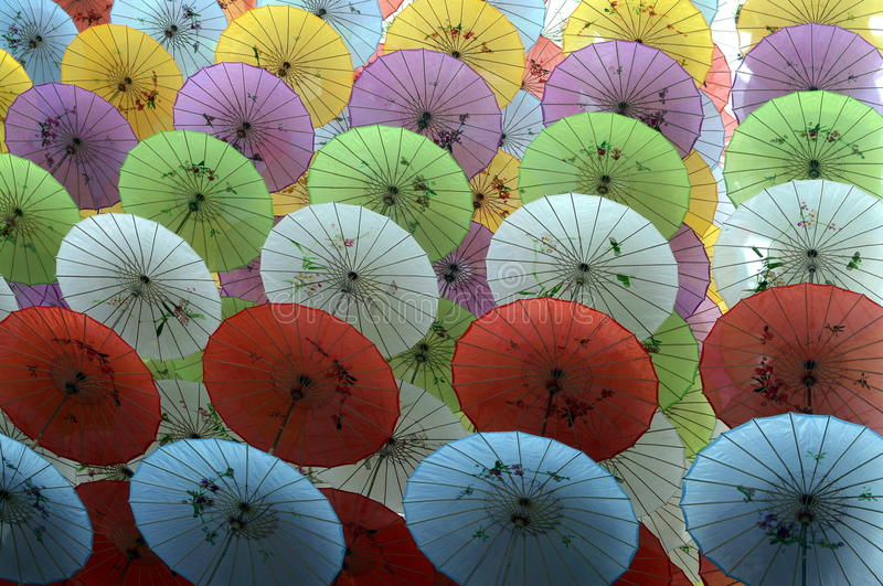 Paraguas de papel coloridos imagen de archivo