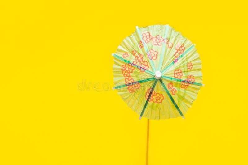 Paraguas del c?ctel del Libro Verde en fondo amarillo brillante Sombra dura ligera dura Estilo minimalista del arte pop Vacacione fotos de archivo libres de regalías