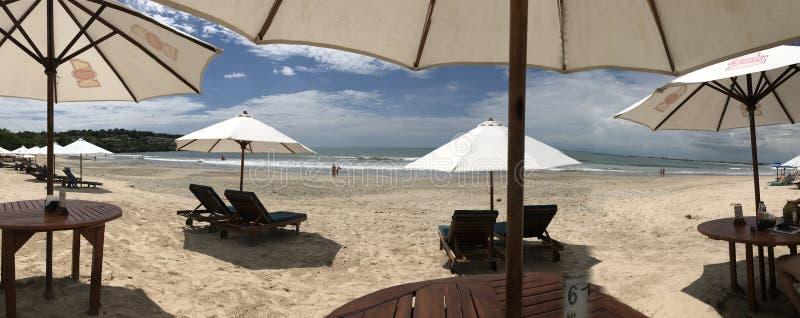 Paraguas del hotel de la opinión de la playa fotos de archivo libres de regalías