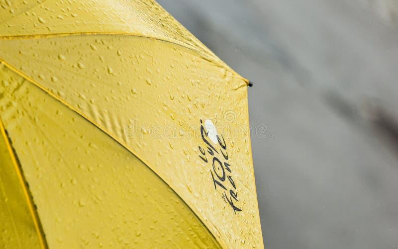Paraguas del Tour de France con descensos del agua fotos de archivo