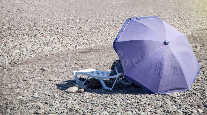 Paraguas del verano y cama del sol en la playa fotografía de archivo libre de regalías