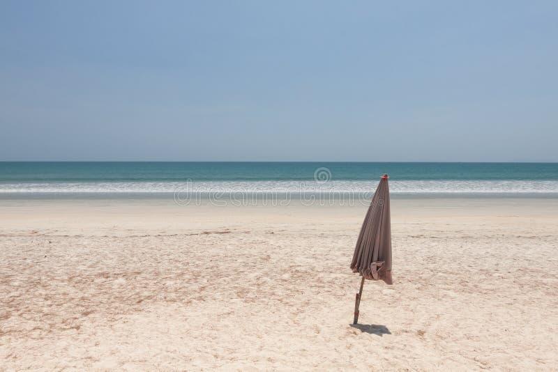 Download Paraguas Doblado En La Playa Imagen de archivo - Imagen de asoleado, cielo: 64206767