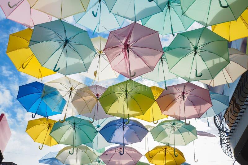 Paraguas en el aire imagen de archivo