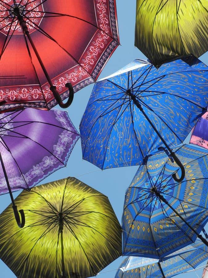 Paraguas en el cielo imagenes de archivo
