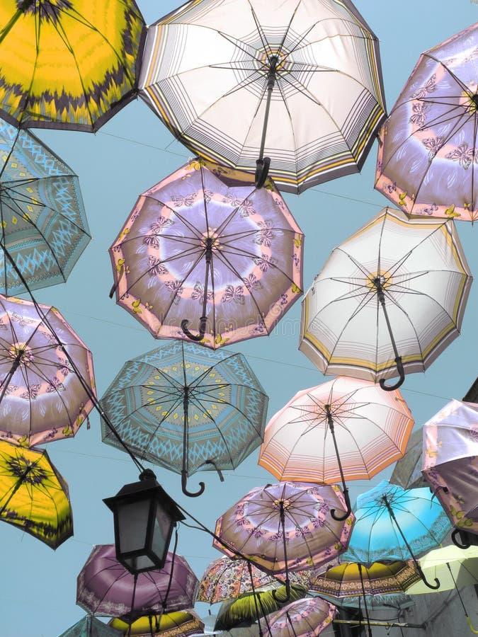 Paraguas en el cielo imagen de archivo