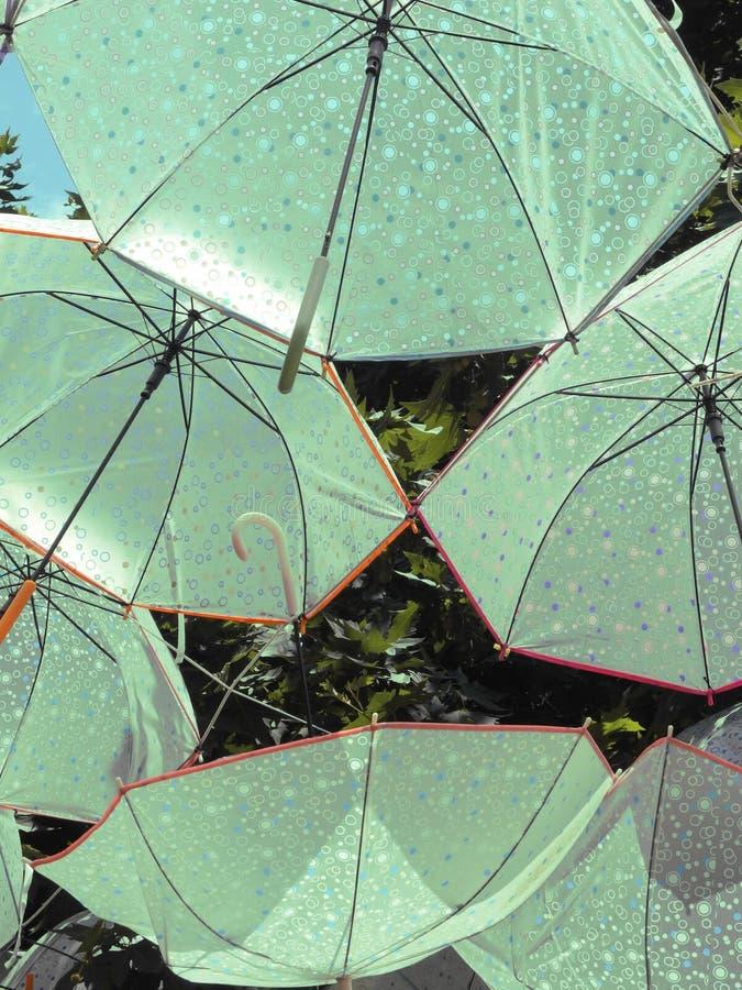 Paraguas en el cielo fotos de archivo