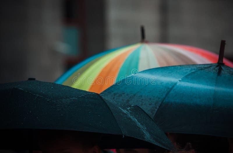 Paraguas en el tiempo lluvioso foto de archivo libre de regalías