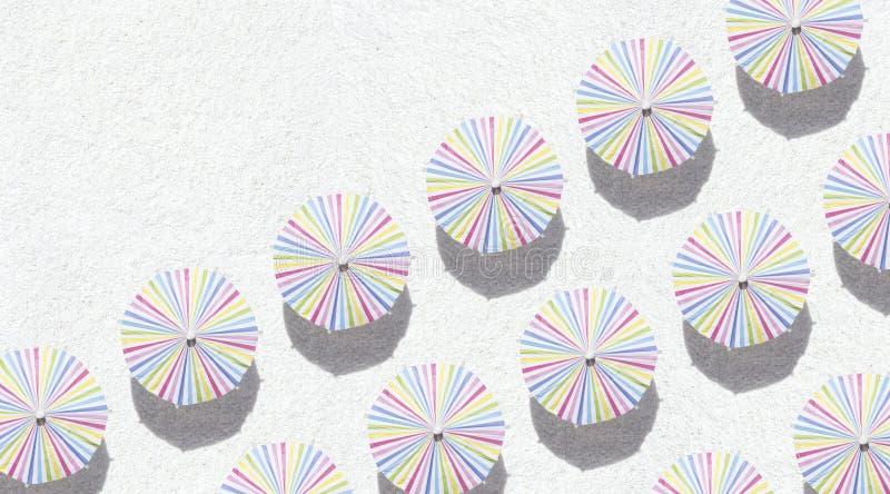 Paraguas en la arena imagenes de archivo