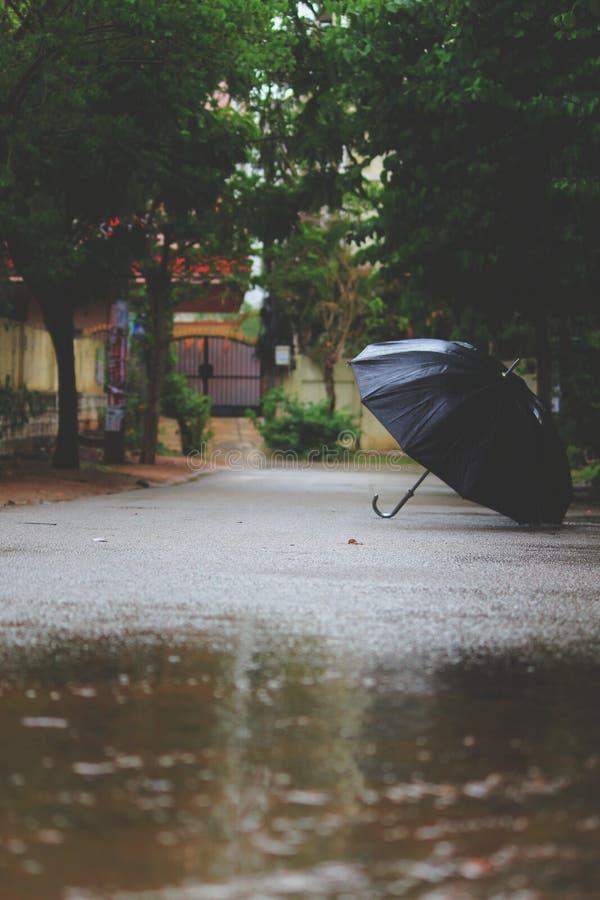 Paraguas en la calle sola fotos de archivo