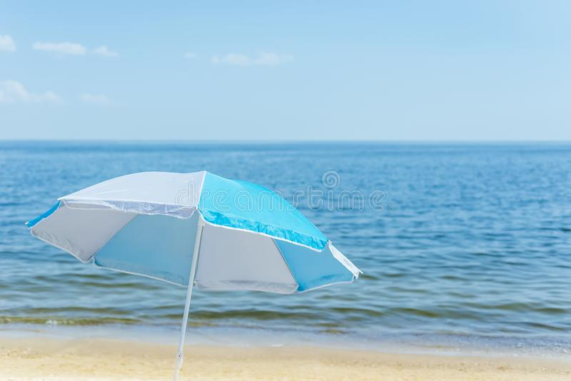 paraguas en la playa de la arena y el fondo del mar imagen de archivo libre de regalías