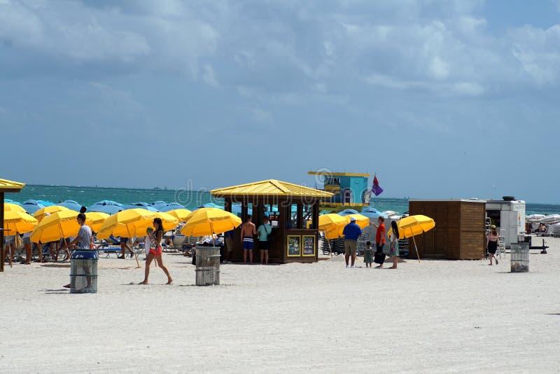 Paraguas en la playa del sur en Miami imagenes de archivo