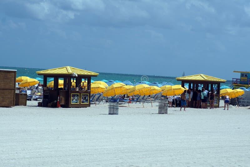 Paraguas en la playa del sur en Miami imagen de archivo libre de regalías