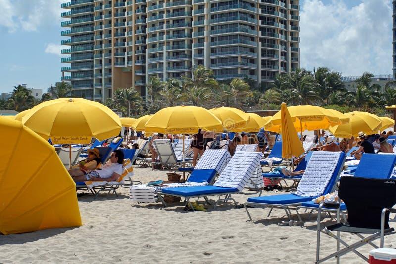 Paraguas en la playa del sur en Miami imagen de archivo