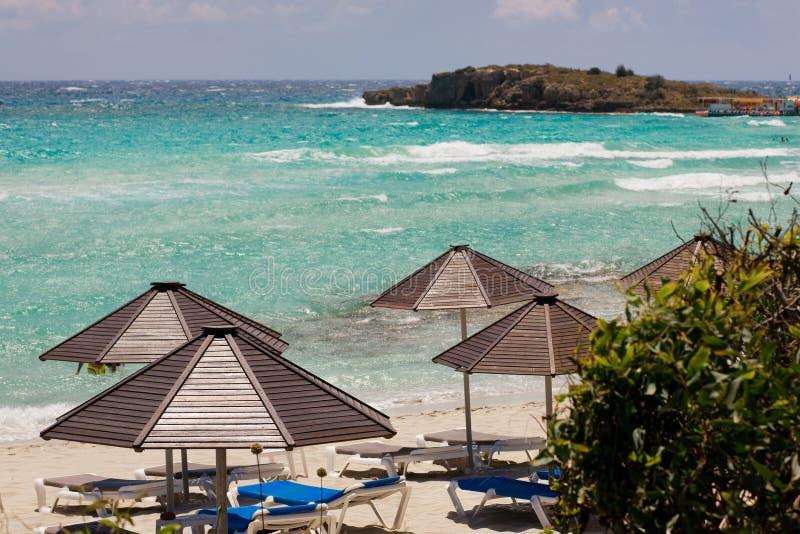 Paraguas en la playa en Chipre foto de archivo libre de regalías