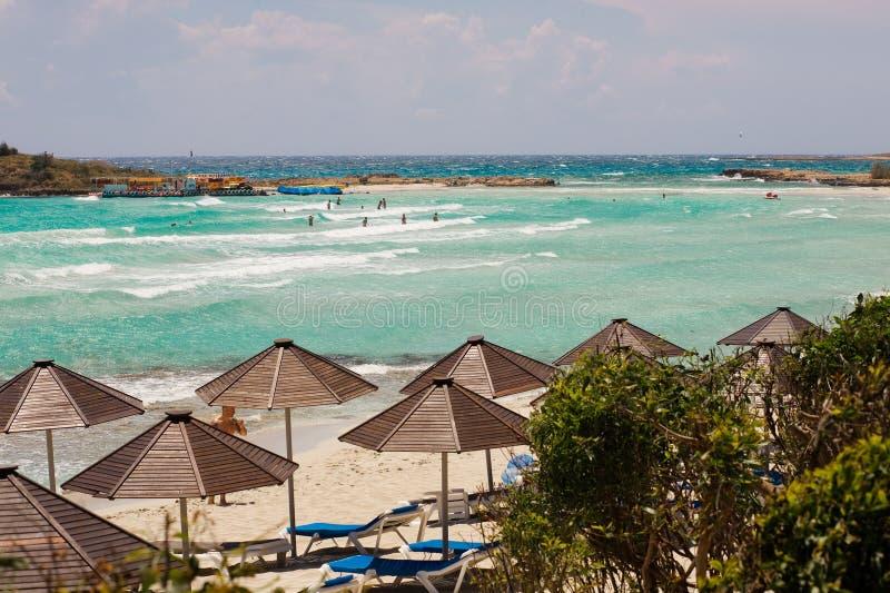 Paraguas en la playa en Chipre imágenes de archivo libres de regalías