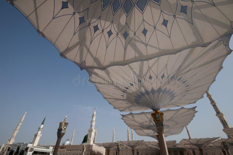 Paraguas gigantes en la mezquita de Nabawi en Medina fotos de archivo libres de regalías