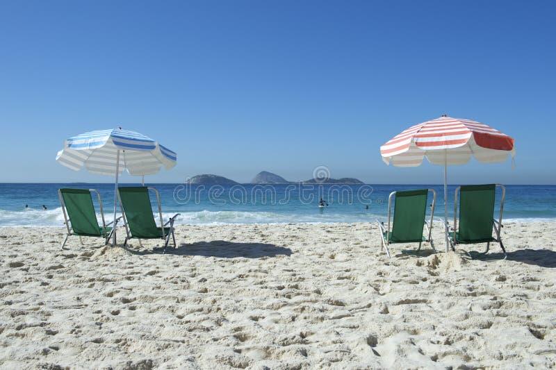 Paraguas Ipanema Rio de Janeiro Brazil de las sillas de playa fotografía de archivo