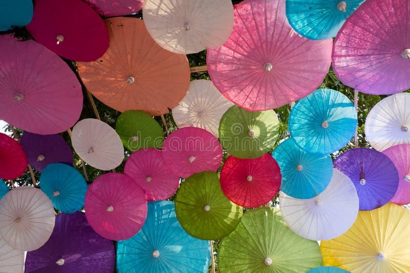 Paraguas multicolores colgantes, fondo de los paraguas imágenes de archivo libres de regalías