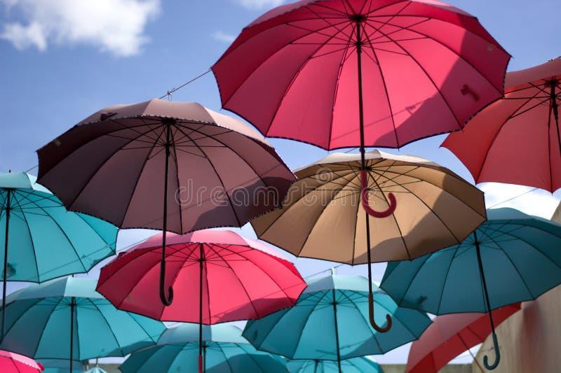 Paraguas multiusos a proteger contra el sol fotos de archivo