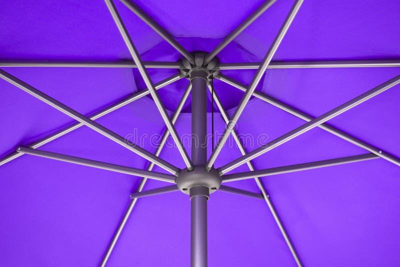 Paraguas púrpura del parasol imagen de archivo