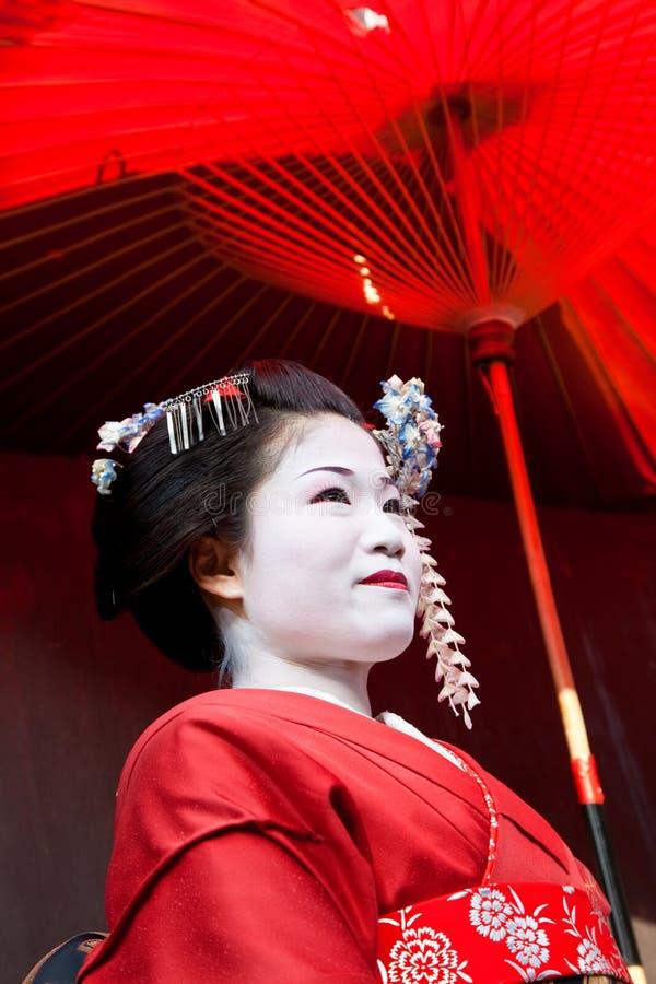 Paraguas rojo de la tenencia del geisha, Kyoto, Japón fotografía de archivo libre de regalías