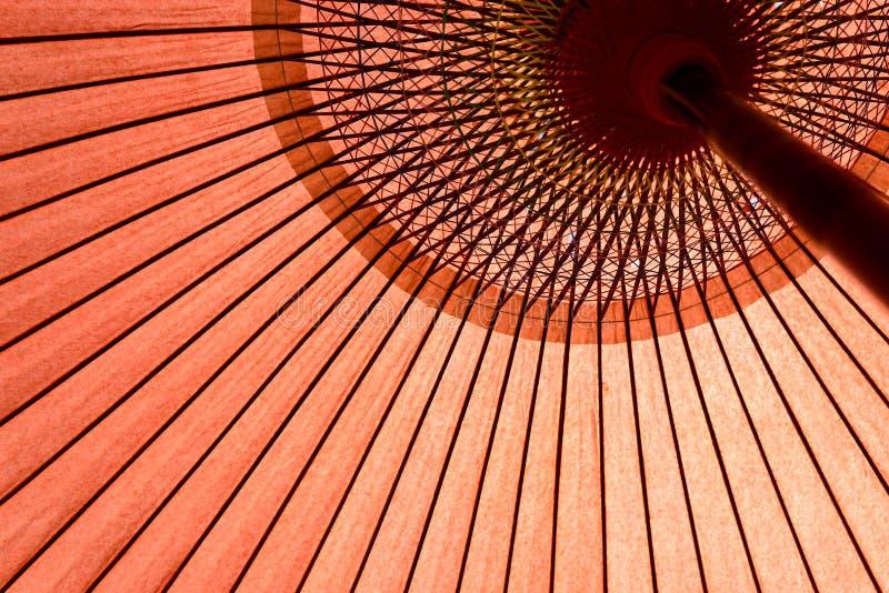 Paraguas rojo tradicional de Japón imagenes de archivo