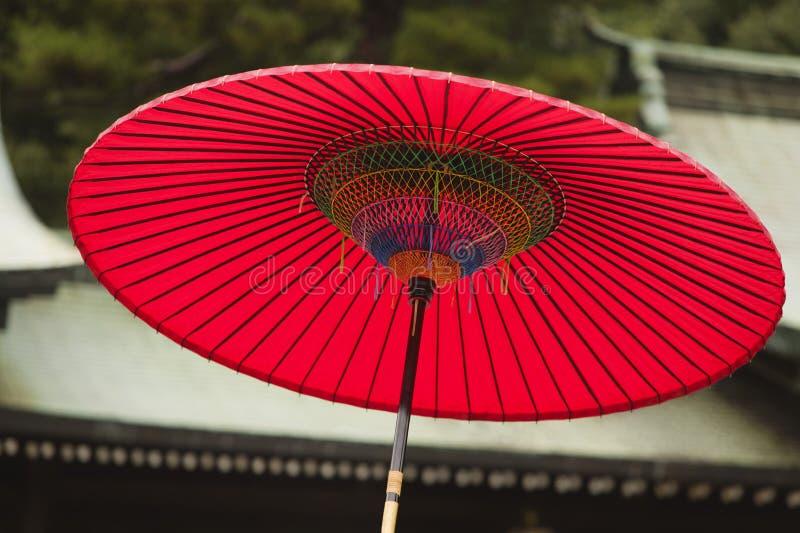 Paraguas rojo tradicional de la capilla sintoísta de Japón Tokio Meiji-jingu fotos de archivo