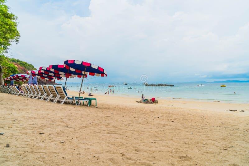 Paraguas y silla de lujo hermosos en la playa imagenes de archivo
