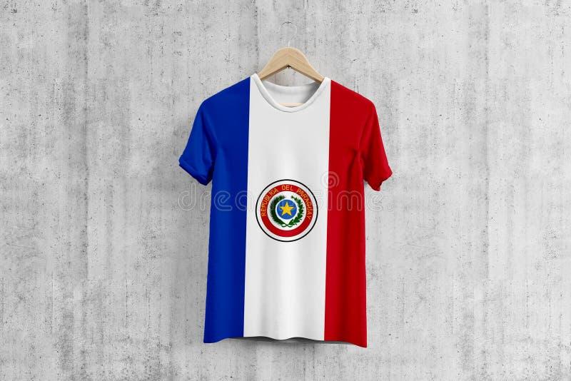 Paraguay flaggaT-tröja på hängaren, enhetlig designidé för paraguayanskt lag för plaggproduktion Nationella kläder stock illustrationer