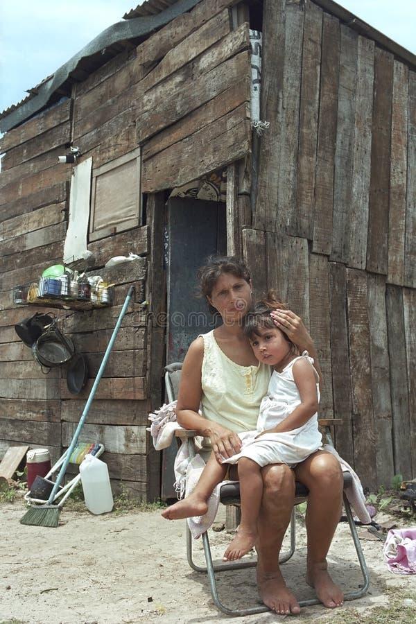 Paraguayische Mutter und Kind leben in der großen Armut stockfoto