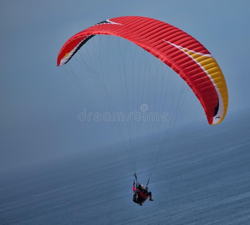 Parakiting Nad ocean blisko Torrey sosen, Kalifornia obrazy stock