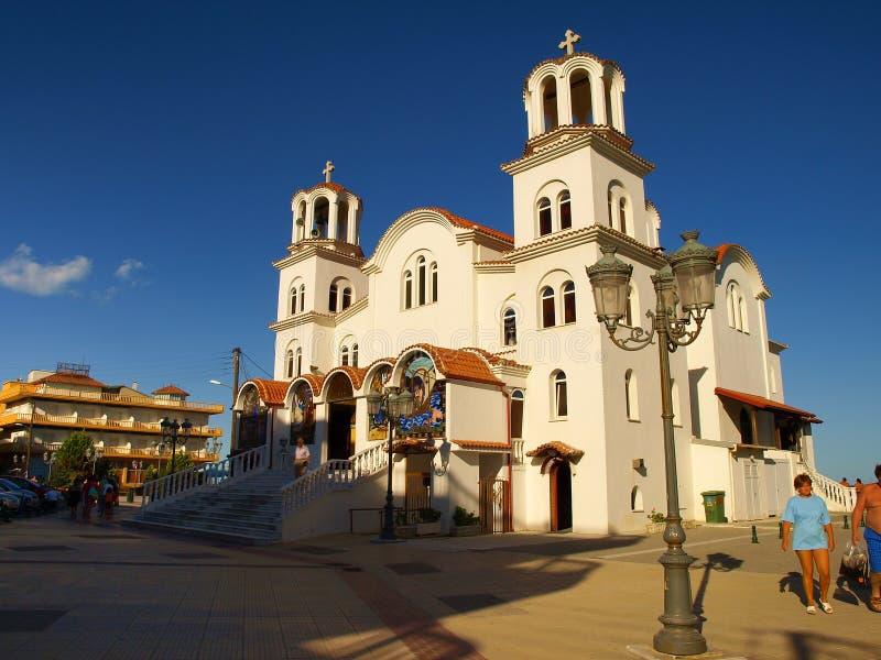 Paralia Katerinis - τουρίστες που περνούν από το ST Παρασκευή Church στοκ φωτογραφίες
