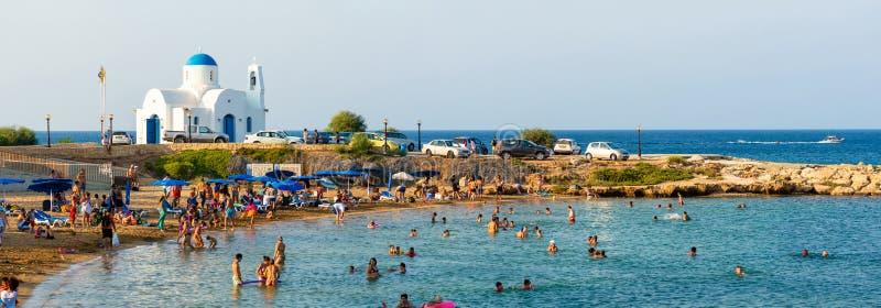 PARALIMNI, CHIPRE - 17 DE AGOSTO DE 2014: Playa apretada con los turistas