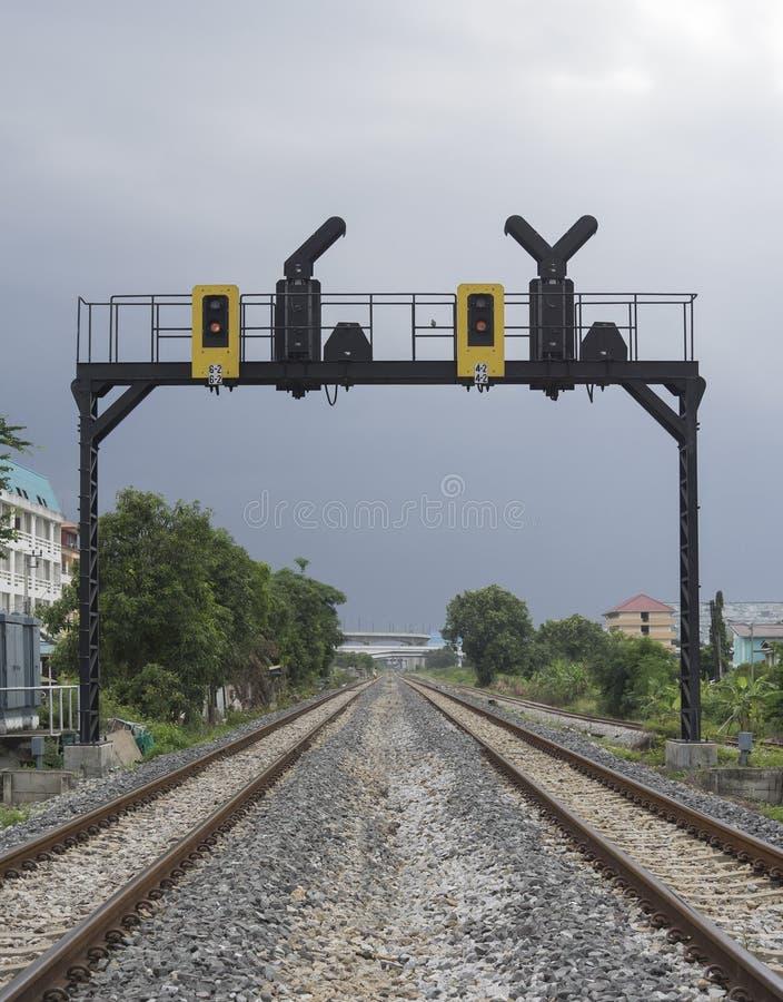 Paralleler Bahndurchlauf zwei in einer Stadt mit einer Bahnampel stockfoto