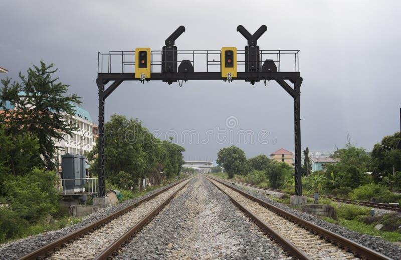 Paralleler Bahndurchlauf zwei in einer Stadt mit einer Bahnampel lizenzfreie stockfotografie