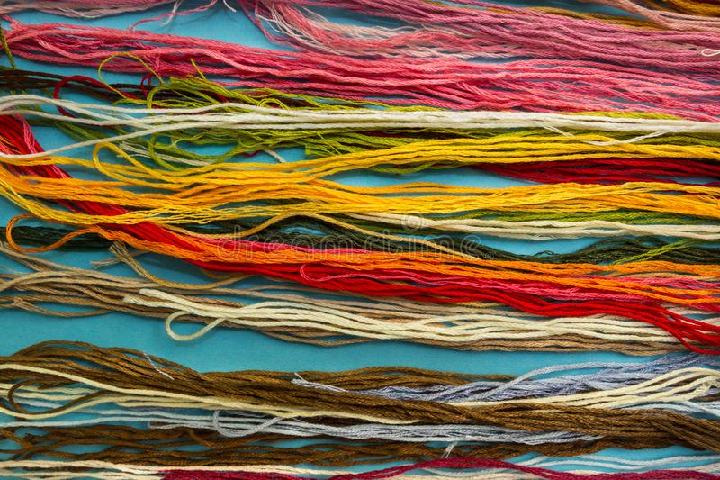 Paralleler bunter Baumwollstickerei-Glasschlackenhintergrund, Faden für Nadelhandwerksabschluß oben stockbild