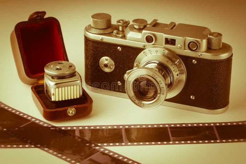 parallell fotografi Gammal parallell kamera, ljus meter och film Tappningtoning fotografering för bildbyråer
