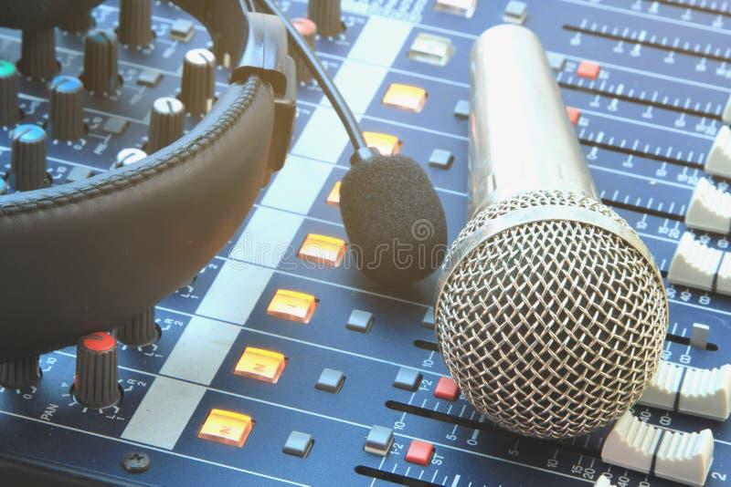 Parallell musikinspelningutrustning i kontrollrummet fotografering för bildbyråer