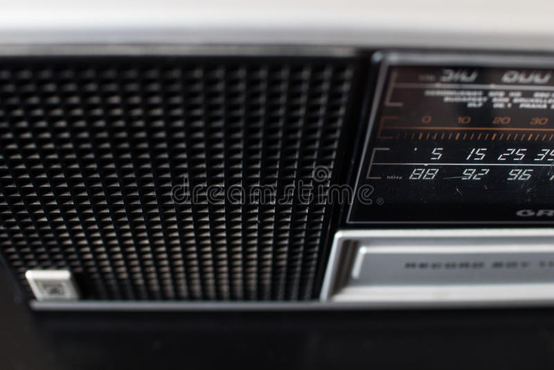 Parallell radio för gammal 70-tal med europeiska radiostationer i selectien royaltyfria foton